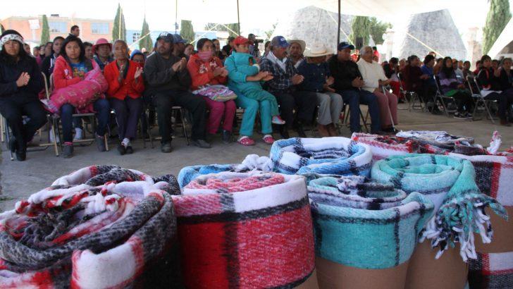Entregan DIF y Voluntariado de Sectur  Cobijas a Pobladores de Tlaxco