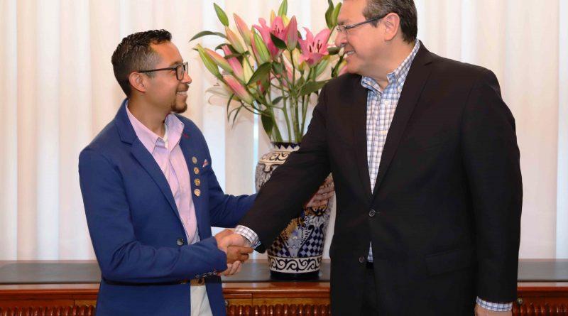 Recibe Marco Mena a Campeón Nacional de Oratoria