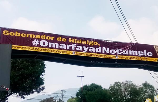 Capitalinos Denuncian con Mantas Gigantes en Puentes de Avenidas de CDMX que Omar Fayad no Cumple